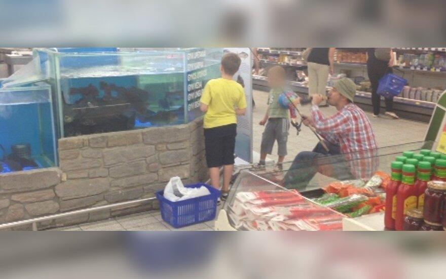 """""""Maximos"""" akvariume pažvejoti nusprendęs vyras užsitraukė apsauginių nemalonę"""