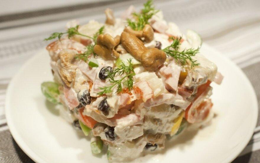 Sluoksniuotos salotos su vištiena ir riešutais