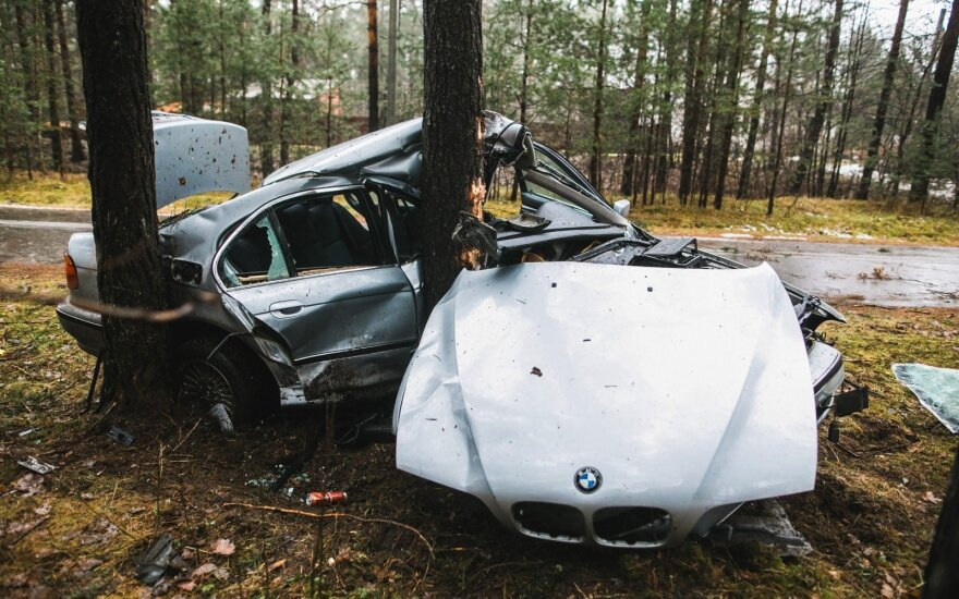 Vilniaus pakraštyje jaunuolio vairuojamas BMW rėžėsi į medį: iš automobilio neliko beveik nieko