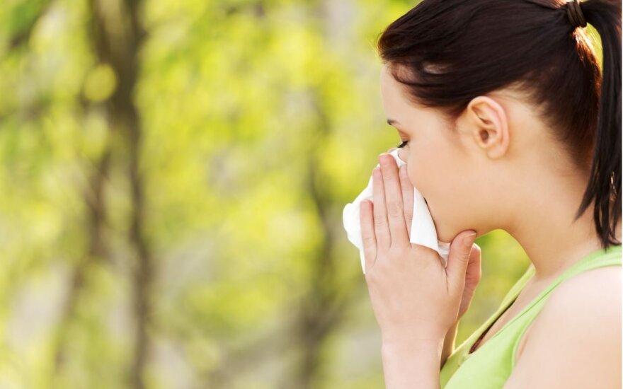 Alergiškiems žmonėms vasaroti padeda mobilieji: telefonas gali apsaugoti nuo varvančios nosies, nudegimų ir niežtinčių akių?
