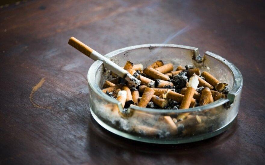 Paprašė cigaretės – neteko danties