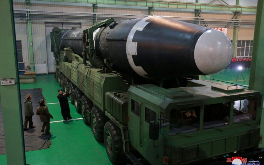 """""""Hwasong-15A"""" raketą apžiūri Kim Jong Unas"""