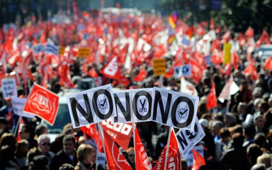 Ispanai atsiima pinigus iš bankų ir palieka šalį