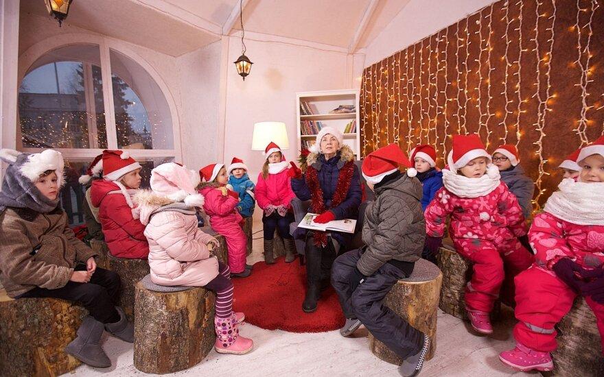 Gera žinia mažiesiems: pratęsti pasakų skaitymai sostinės Kalėdų eglutėje
