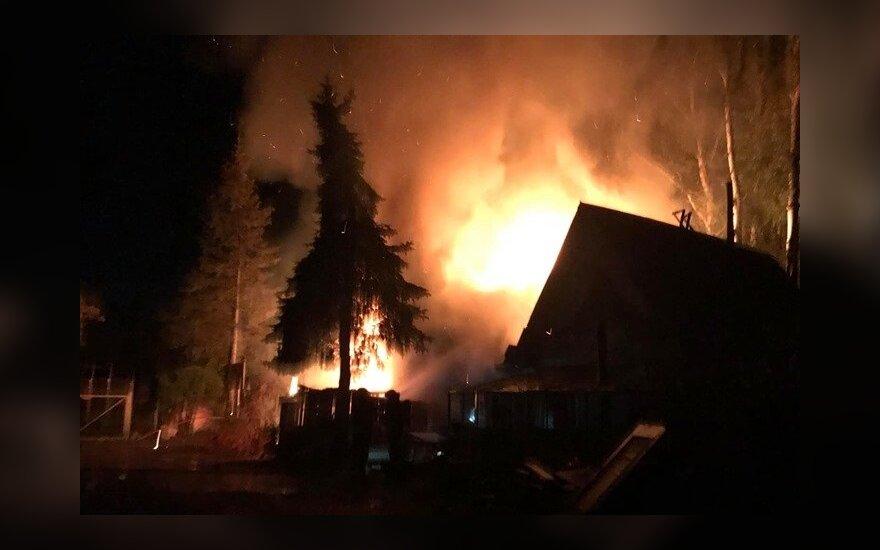 Vilniuje užsiliepsnojo gyvenamasis namas, ugniagesiai išgelbėjo žmogų