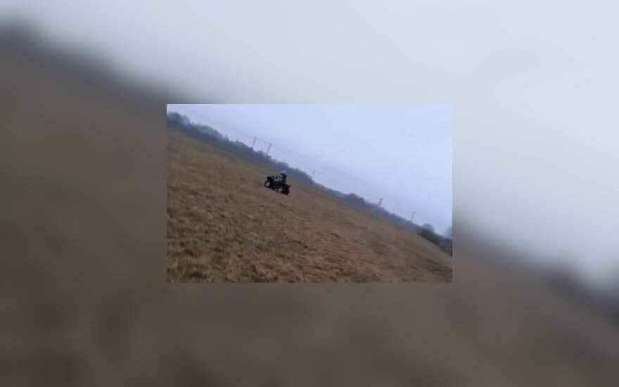 Žiaurus išpuolis Jurbarko rajone: laukus siaubę chuliganai ūkininką partrenkė keturračiu, spardė kojomis