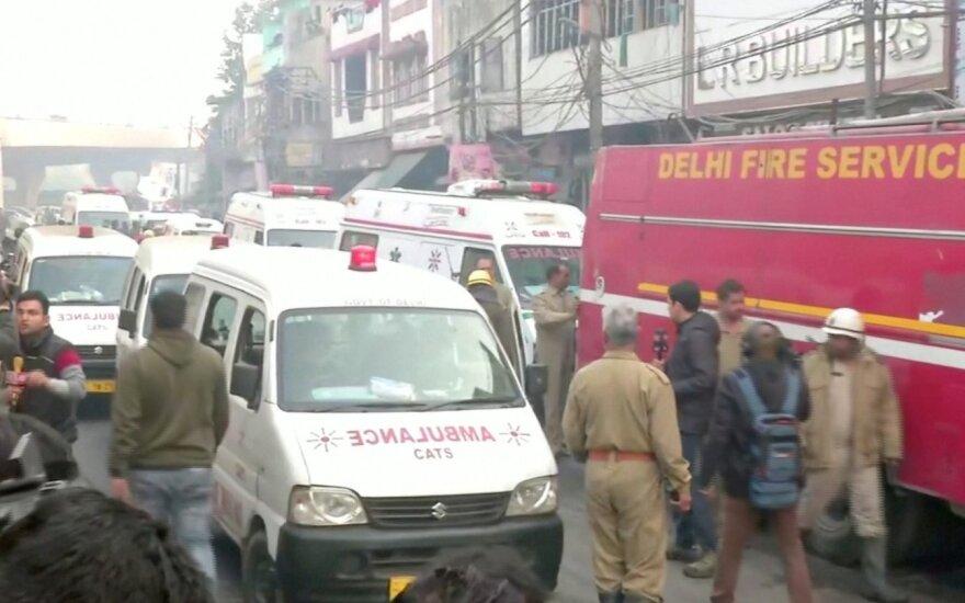 Žmones iš pražūtingo gaisro Delyje gelbėję ugniagesiai sveikinami kaip didvyriai
