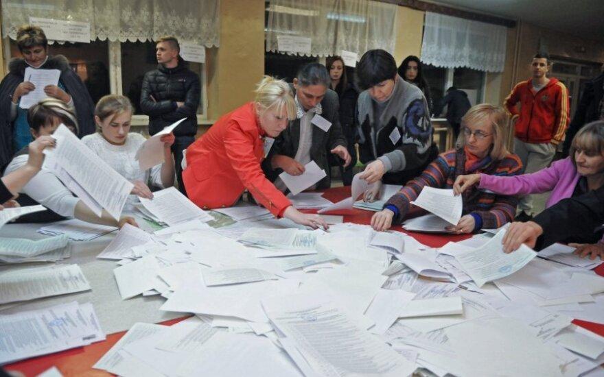 Ukrainos vietos valdžios rinkimuose dalyvavusių rinkėjų apklausos rodo susiskaldymą tarp vakarų ir rytų