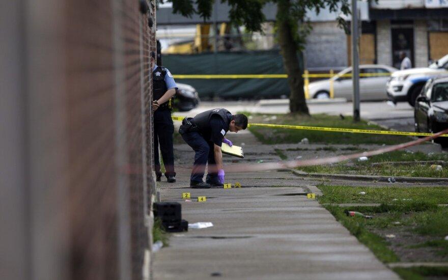Čikagos miestas išgyveno žiaurią naktį: nušauti penki žmonės, sužeista per 70