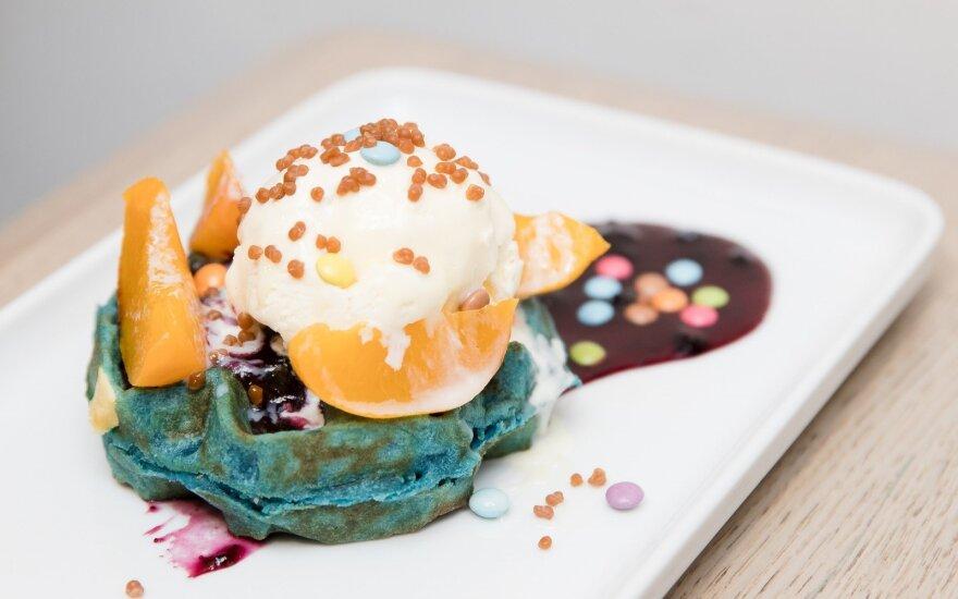 Mėlynių skonio vaflis, gardintas ledais, persikais ir pabarstukais