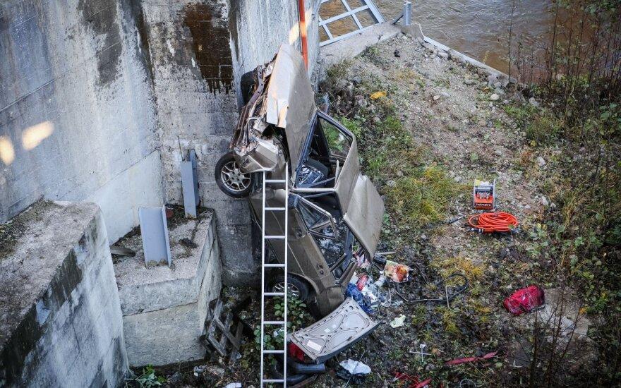 Vilniuje, Paneriuose, automobilis rėžėsi į užtvanką
