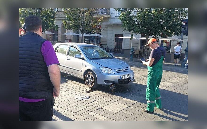 """Gedimino prospekte ant kuoliukų pakibo automobilis. """"Facebook"""" grupės """"Reidas Vilniuje""""/LKN.lt nuotr."""
