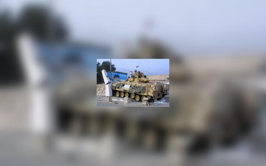 Britų kariai taranuoja su S. Huseino atvaizdu, karas Irake