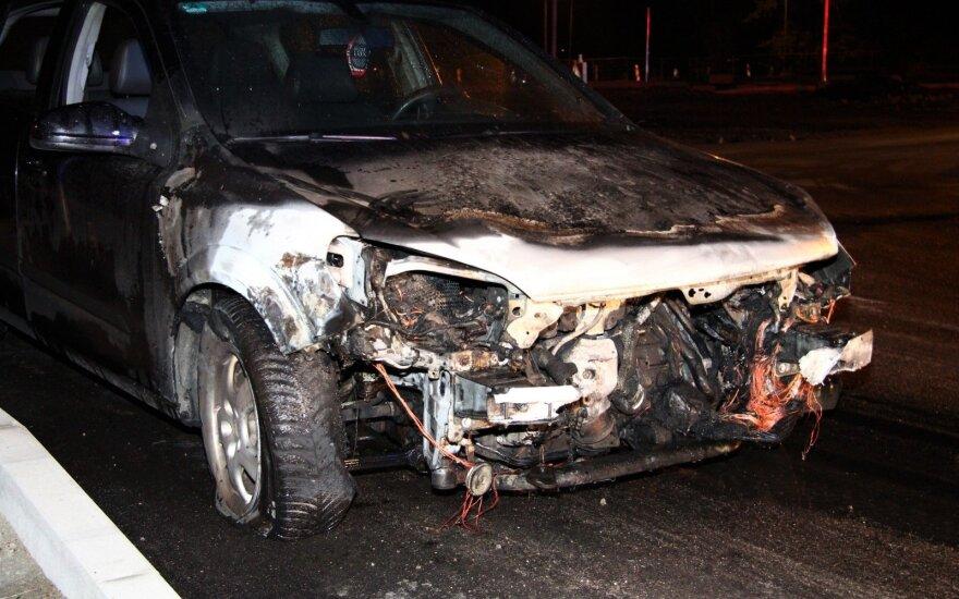 Naktį Trakuose užsidegė važiuojantis automobilis