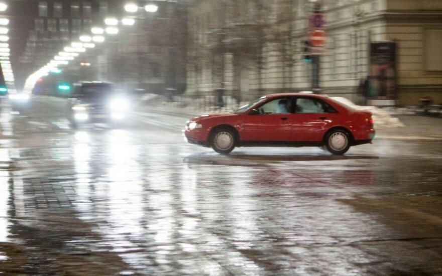 Važiavimo sąlygos naktį bus sudėtingos: numatomas snygis, šlapdriba