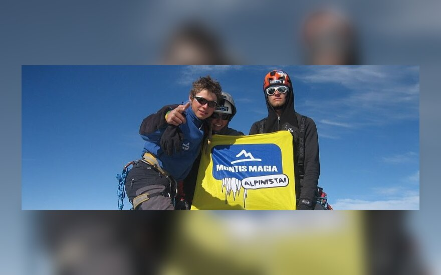 Lietuvos alpinistai stovi Fitz Rojaus viršūnėje