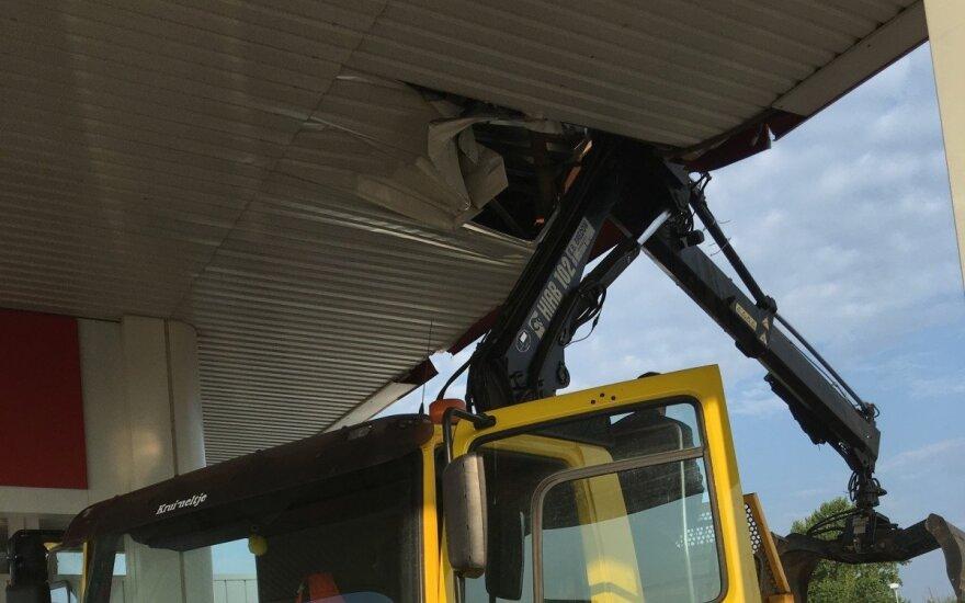 Nesėkmingas vairuotojo rytas: sunkvežimiu apgadino degalinės stogą