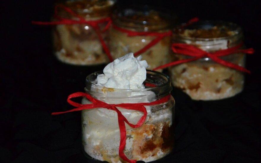 Obuolių pyragas stiklainyje