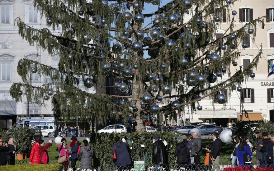 Romoje nudžiūvusi Kalėdų eglė sutraukia minias turistų