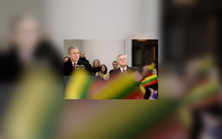 G.W.Bushas ir V.Adamkus rotušės aikštėje
