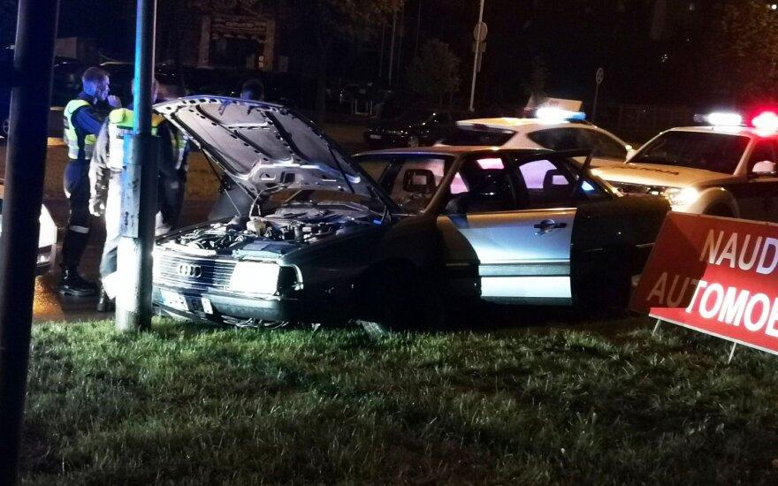 """Nuo policijos sprukęs girtas """"Audi"""" vairuotojas kelionę baigė rėždamasis į stulpą"""