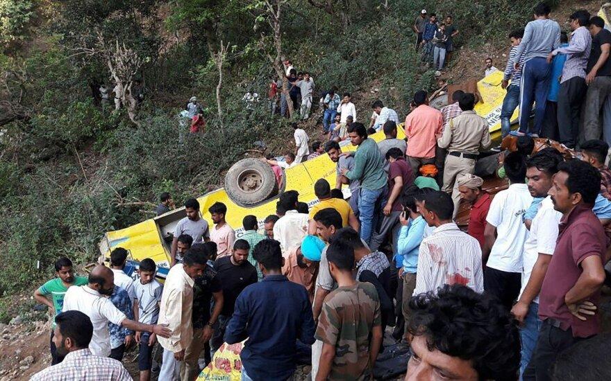 Indijoje autobusas nulėkė nuo skardžio