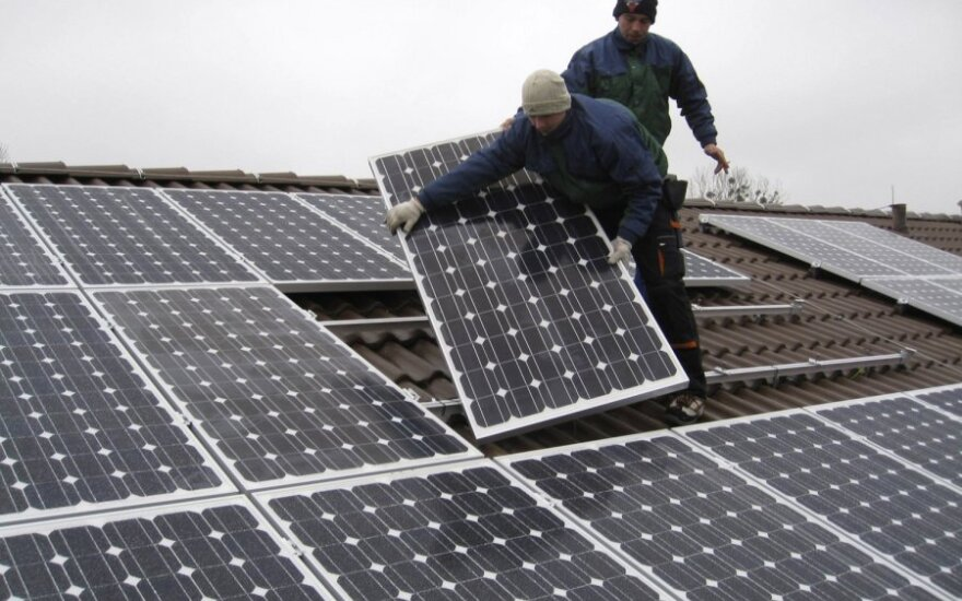 Macronas žada skirti 700 mln. eurų investicijoms į naujus saulės energijos projektus