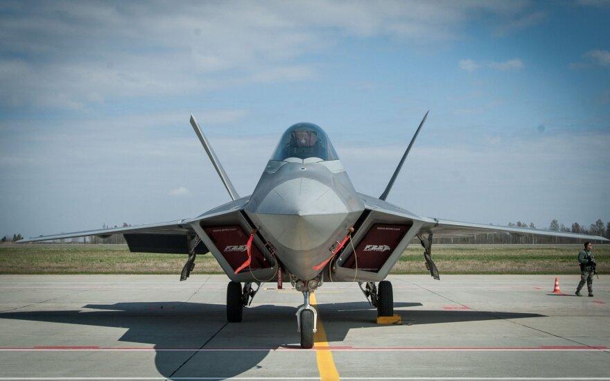 NATO naikintuvai kilo palydėti Rusijos karinių orlaivių