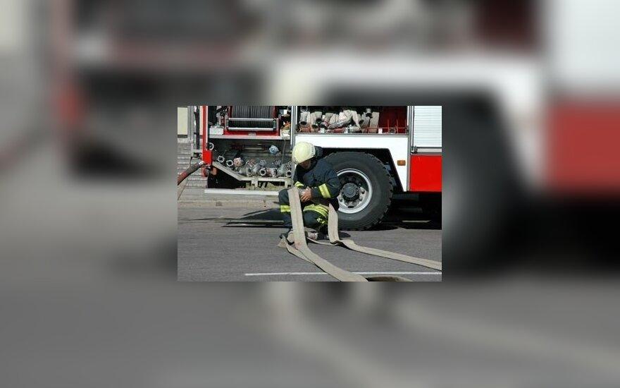 Gelbėti degančio automobilio puolęs vyras apdegė veidą ir rankas