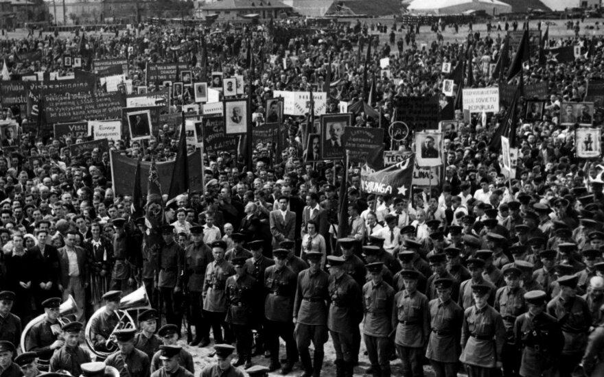 """""""Padėkos"""" SSRS ir Stalinui mitingas P. Vileišio aikštėje. LYA, f. 16895, ap. 1, b. 30, l. 10–02."""