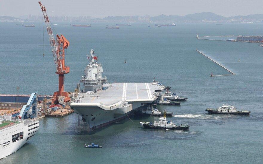 Kinijos pirmasis savarankiškai pasistatytas lėktuvnešis baigė bandymus jūroje