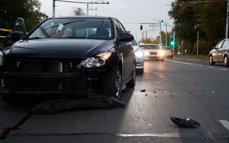 """Vilniuje """"žalialapė"""" sukėlė avariją: rėžėsi į automobilį, kuris nuo smūgio trenkėsi į vairavimo mokyklos automobilį"""