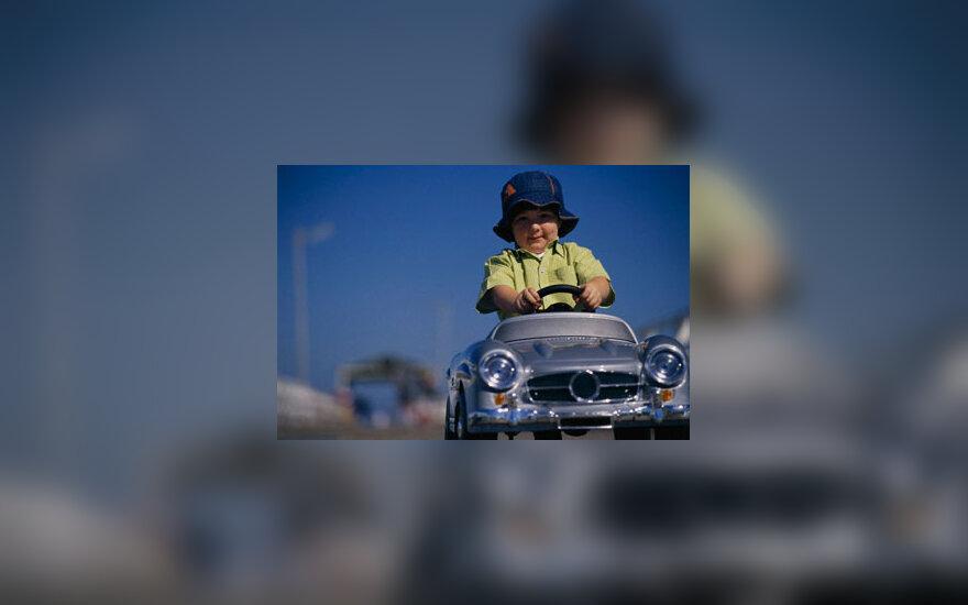 Vaikas važiuoja mašinytėje