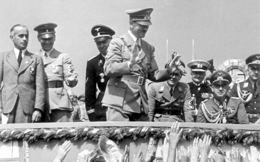 Vokietijos moterys sveikina Adolfą Hitlerį.