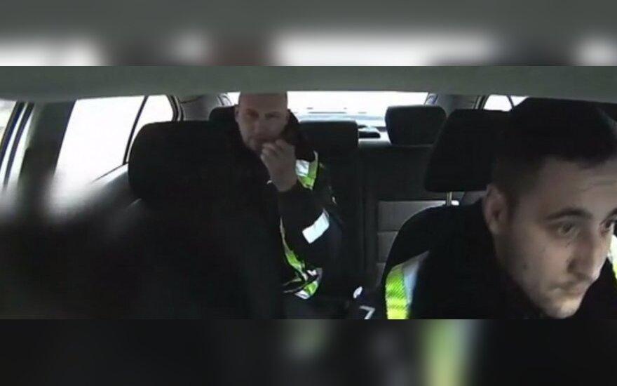 Pasaulį sužavėję policininkai apdovanoti už išgelbėtą užspringusio kūdikio gyvybę