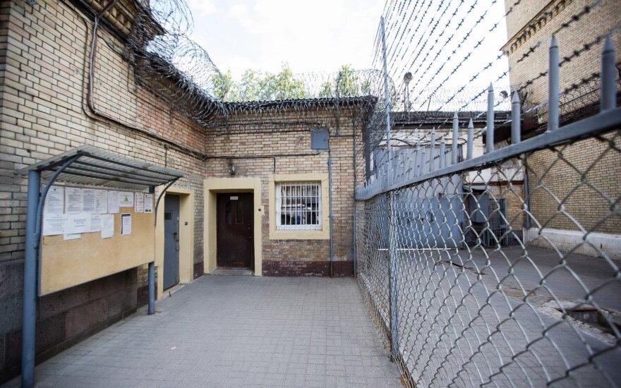 Seimo kontrolieriai: nuteistųjų perkėlimo iš Lukiškių kalėjimo metu pažeistos jų teisės