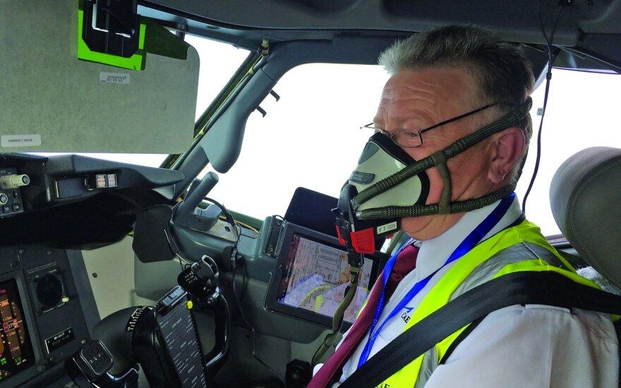 Keleivinių lėktuvų pilotas Kęstutis Zagreckas apie savo darbą parašė knygą: piloto rutina įgauna skonį, jeigu skrydžiai nesikartoja
