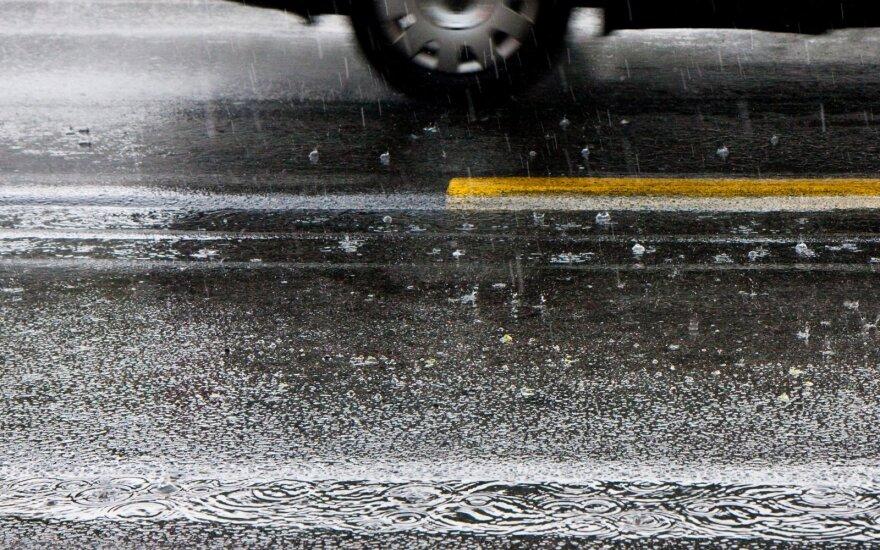 Įspėjo vairuotojus: gali susidaryti plikledis, eismą sunkina šlapdriba, rūkas