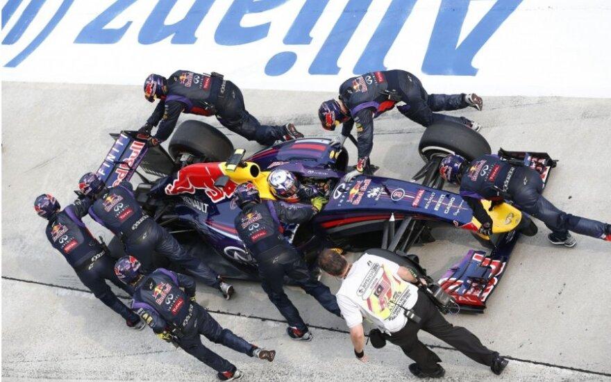 """Danielis Ricciardo ir """"Red Bull"""" komandos mechanikai"""