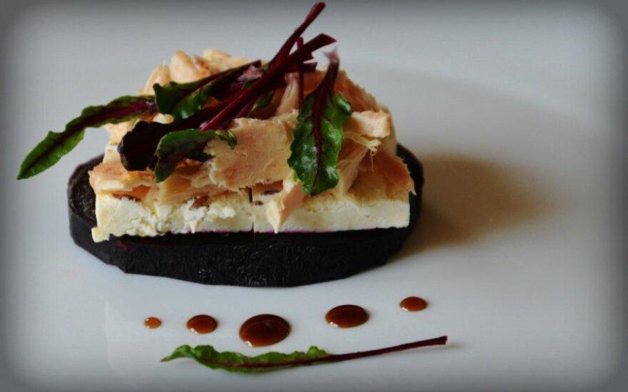 Burokėlių lapų, sūrio ir vištienos salotos
