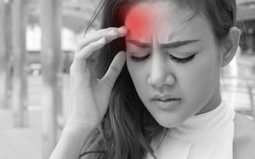 Skausmo priepuoliais pasireiškianti daugiaveidė liga labiau mėgsta moteris