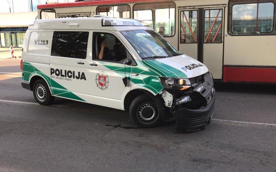 Vilniuje į avariją pateko policininkai su apynauju tarnybiniu automobiliu