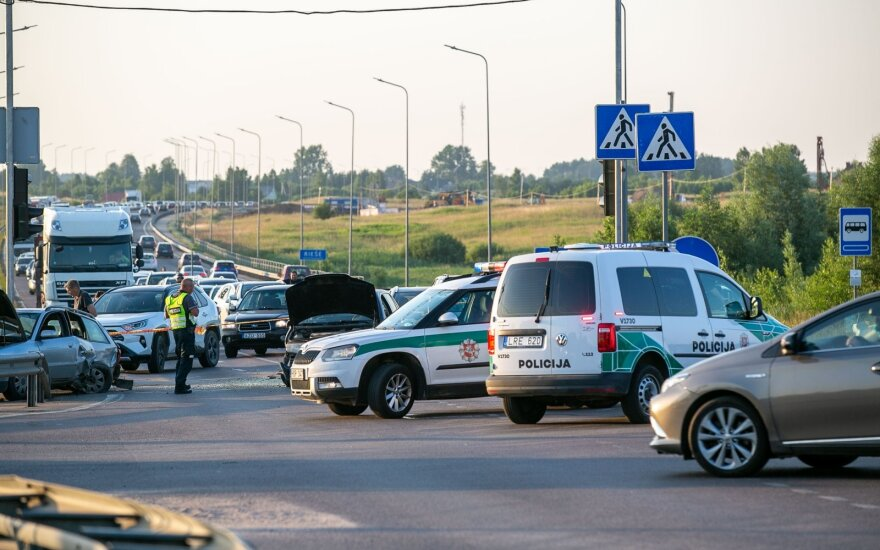 Didelė avarija Vilniaus r.: susidūrė keturi automobiliai, buvo uždarytas eismas Vilniaus link