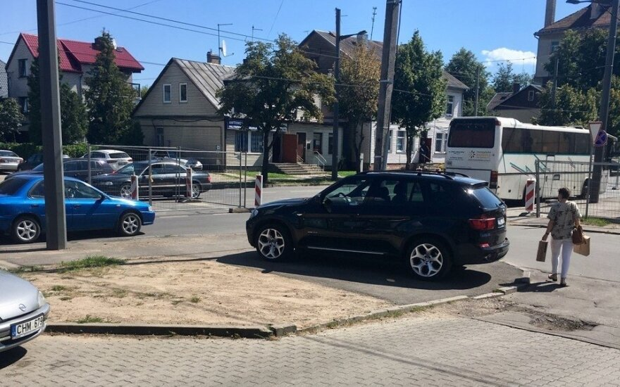BMW ant šaligatvio Kaune
