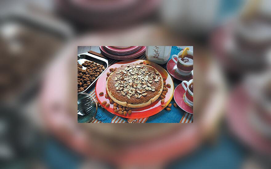Obuolių pyragas su migdolais ir cinamonu
