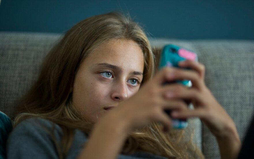 Paauglė naudojasi soc. tinklais