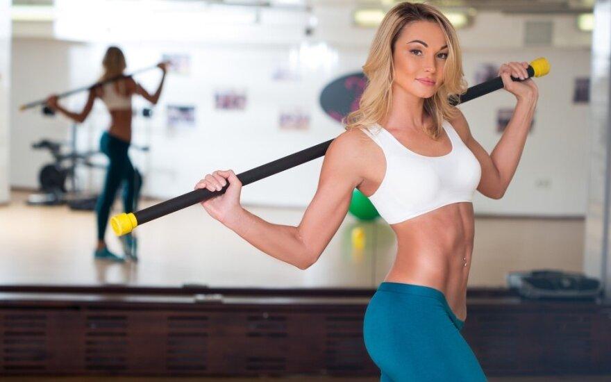Pribloškiančiai figūrai: treniruotė su lazda visam kūnui