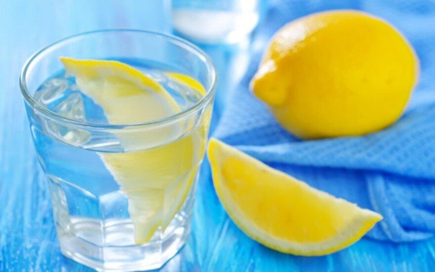 5 būdai, kaip vanduo su citrina gali pagerinti sveikatą