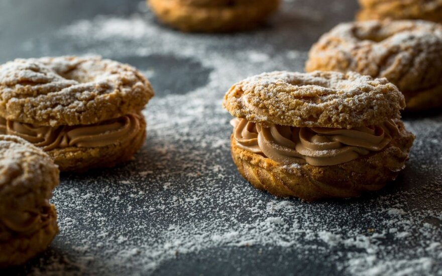 """Plikytos tešlos pyragėliai """"Paris Brest"""" su šokoladiniu kremu"""
