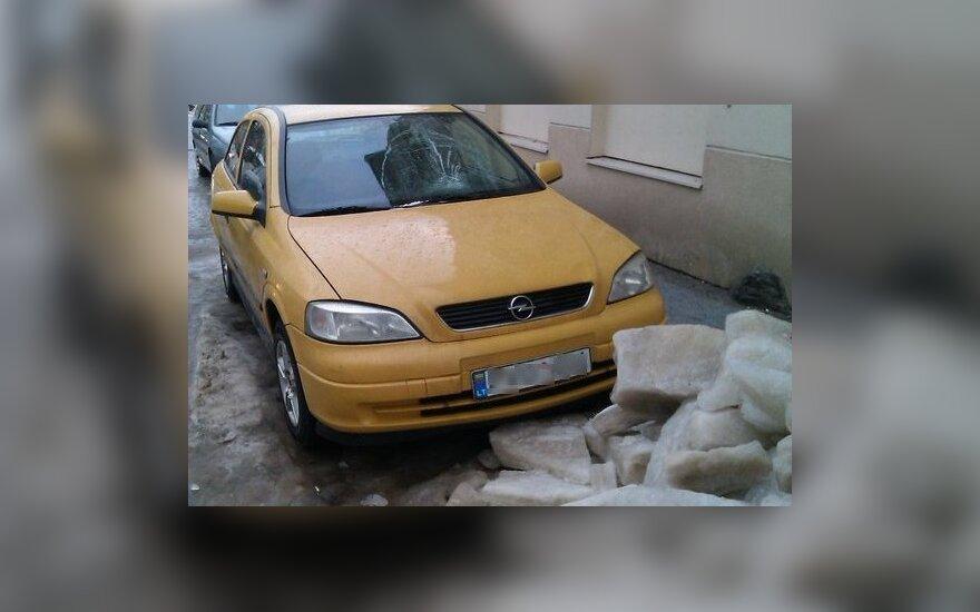 Sniego apgadinto automobilio stogo remontas gali kainuoti ir 10 tūkst. Lt